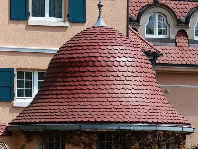 Les vérifications sur la gouttière de toit en Automne